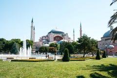 Vista del museo e della fontana di Ayasofya da Sultan Ahmet Park a Costantinopoli, Turchia Immagine Stock