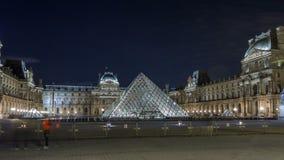 Vista del museo famoso del Louvre con la pirámide del Louvre en el hyperlapse del timelapse de la noche París, Francia almacen de video
