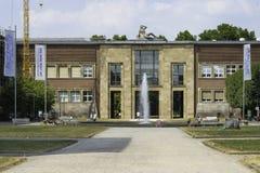 Vista del museo Kunstpalast y de la fuente de agua en Düsseldorf, Alemania en un día soleado fotos de archivo libres de regalías