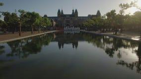 Vista del Museo Nacional Rijksmuseum en el Museumplein, Amsterdam, Países Bajos almacen de metraje de vídeo