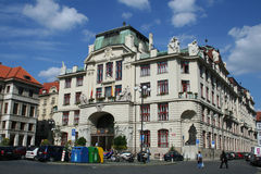 Vista del namesti de Marianske con nuevo ayuntamiento de Praga fotos de archivo