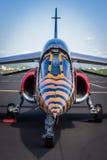 Vista del naso e della cabina di pilotaggio del primo piano dell'aereo da caccia moderno del getto con livrea nera e gialla fotografia stock libera da diritti