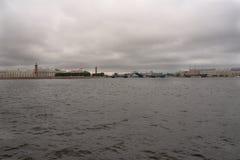Vista del Neva, lo sputo dell'isola di Vasilievsky e dello stadio di Petrovsky Fotografie Stock Libere da Diritti