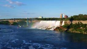 Vista del Niagara Falls americano con el puente del arco iris almacen de metraje de vídeo