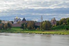 Vista del Novgorod el Kremlin del puente Imagen de archivo libre de regalías