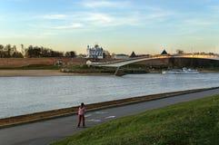 Vista del Novgorod el Kremlin por la corte de Yaroslav Imagenes de archivo