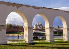 Vista del Novgorod el Kremlin por la corte de Yaroslav Fotos de archivo