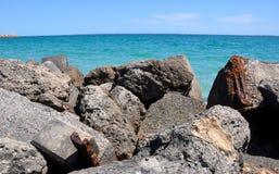 Vista del océano de la pila del bloque de cemento Imagenes de archivo