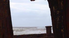 Vista del océano de una nave aherrumbrada almacen de video