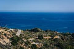 Vista del Océano Pacífico y de las curvas en Decker Canyon Road, en M fotos de archivo libres de regalías