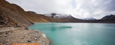Vista del paesaggio alpino svizzero, lago della montagna immagini stock