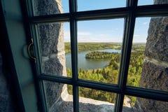 Vista del paesaggio attraverso una finestra Fotografia Stock
