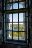 Vista del paesaggio attraverso una finestra Immagine Stock