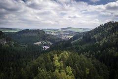 Vista del paesaggio circostante dall'alta roccia Immagine Stock