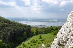 Vista del paesaggio collinoso di Palava con le foreste, rocce in Moravia del sud sotto un cielo blu Fotografie Stock