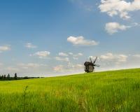 Vista del paesaggio con il vecchio mulino Fotografia Stock