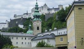 Vista del paesaggio del fondo delle pareti della fortezza di Hohensalzburg a Salisburgo, Austria Fotografia Stock