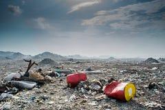 Vista del paesaggio della discarica in pieno della lettiera, delle bottiglie di plastica e di altri rifiuti Fotografie Stock Libere da Diritti