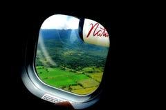 Vista del paesaggio della foresta pluviale attraverso la finestra di un aereo di aria della natura Fotografie Stock Libere da Diritti