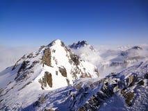 Vista del paesaggio della montagna di inverno nelle alpi svizzere vicino a Scuol Fotografia Stock