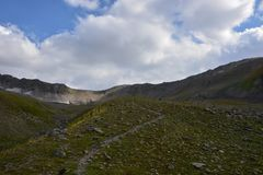 Vista del paesaggio della montagna nel Kirghizistan Erba verde e nuvole nella vista della valle della montagna fotografia stock libera da diritti