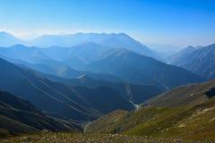 Vista del paesaggio della montagna nel Kirghizistan Erba verde e nuvole nella vista della valle della montagna fotografie stock libere da diritti