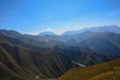 Vista del paesaggio della montagna nel Kirghizistan Erba verde e nuvole nella vista della valle della montagna immagine stock