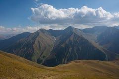 Vista del paesaggio della montagna nel Kirghizistan Erba verde nella vista della valle della montagna Panorama della montagna fotografie stock