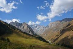 Vista del paesaggio della montagna nel Kirghizistan Erba verde nella vista della valle della montagna Panorama della montagna fotografia stock libera da diritti