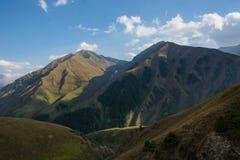 Vista del paesaggio della montagna nel Kirghizistan Erba verde nella vista della valle della montagna Panorama della montagna immagini stock libere da diritti