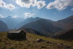 Vista del paesaggio della montagna nel Kirghizistan Erba verde nella vista della valle della montagna Panorama della montagna fotografia stock
