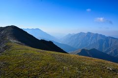 Vista del paesaggio della montagna nel Kirghizistan Erba verde nella vista della valle della montagna Panorama della montagna fotografie stock libere da diritti