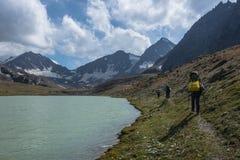 Vista del paesaggio della montagna nel Kirghizistan Valle verde e di pietra nel panorama delle colline della montagna Vista della fotografie stock libere da diritti
