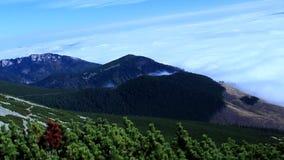 Vista del paesaggio della montagna Una foschia che aumenta dalla valle nella distanza video d archivio