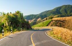 Vista del paesaggio della strada della campagna con catena montuosa Immagine Stock Libera da Diritti