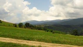 Vista del paesaggio delle montagne e del cielo dell'annuvolamento immagine stock