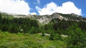 Vista del paesaggio delle montagne e del cielo dell'annuvolamento immagini stock libere da diritti