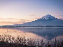 Vista del paesaggio di alba dal lago di kawaguchi con mosso da Fotografia Stock