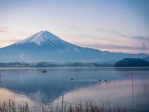 Vista del paesaggio di alba dal lago di kawaguchi con mosso da Immagine Stock Libera da Diritti