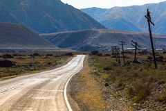 Vista del paesaggio di Altay Mountains e della strada principale di Chuya in autunno, Repubblica di Altai Immagini Stock