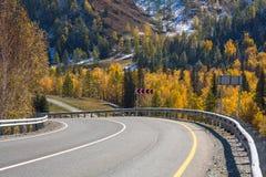 Vista del paesaggio di Altay Mountains e della strada principale di Chuya in autunno, Repubblica di Altai Fotografia Stock