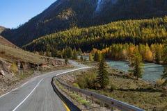 Vista del paesaggio di Altay Mountains e della strada principale di Chuya in autunno, Repubblica di Altai Fotografie Stock