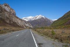 Vista del paesaggio di Altay Mountains e della strada principale di Chuya, Repubblica di Altai Immagine Stock Libera da Diritti
