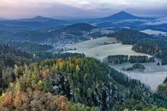 Vista del paesaggio di autunno con i prati e la foresta Immagine Stock