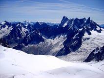 Vista del paesaggio di estate del massiccio della montagna di Mont Blanc dal supporto di Aiguille du Midi Fotografie Stock Libere da Diritti