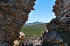 Vista del paesaggio di Hilly Steppe fra due rocce Immagine Stock