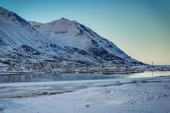 Vista del paesaggio di inverno dell'Islanda con cielo blu e luce solare franco freddo Fotografia Stock