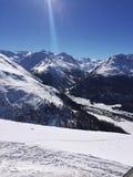 Vista del paesaggio di inverno sopra le alpi, montagne nevose, natura coperta di neve al tramonto di inverno St Moritz le alpi sv Fotografie Stock Libere da Diritti