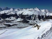 Vista del paesaggio di inverno sopra le alpi, montagne nevose, natura coperta di neve al tramonto di inverno St Moritz le alpi sv Immagine Stock Libera da Diritti