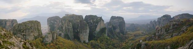 Vista del paesaggio e dei monasteri rocciosi di Meteora in Grecia Fotografia Stock